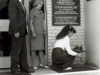 1984-996-mlodziez-i-absolwenci-skladaja-kwiaty-przed-tablica-pamiatkowa