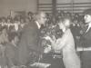 1978-zakonczenie-roku-szkolnego-dyrektor-h-kierszka-przyjmuje-zyczenia-i-kwiaty