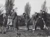 1948-23-iv-grupa-pracujaca-przy-kopaniu-trawnikow-ul-3-maja-przodownicy-pracy-dziuniek-i-cyganka