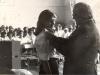 1979-zakonczenie-roku-dyrektor-szkoly-przypina-zlota-tarcze-marioli-cichacz